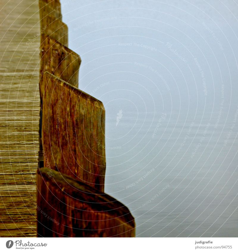 Ruhe Wasser Meer Winter ruhig Farbe Holz grau See Nebel trist Frieden Hafen Reihe Steg Anlegestelle Ostsee