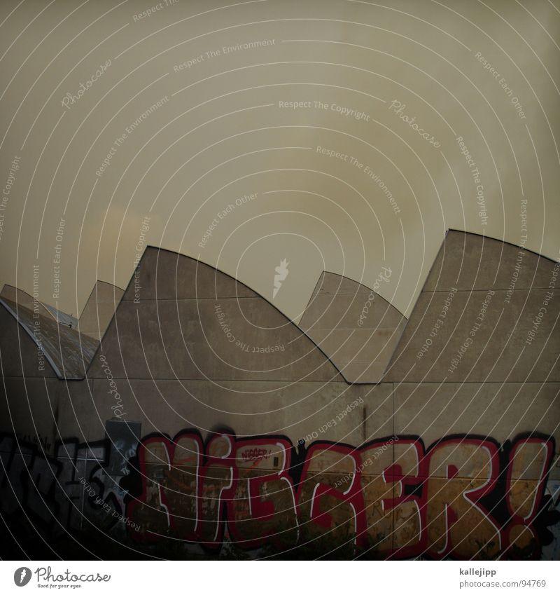 goldzahn Spray Tagger sprühen Farbdose beschmutzen Graffiti Sozialer Brennpunkt gefährlich Fabrik Industriefotografie Dach Wand Kunst Ghetto Block schwarz