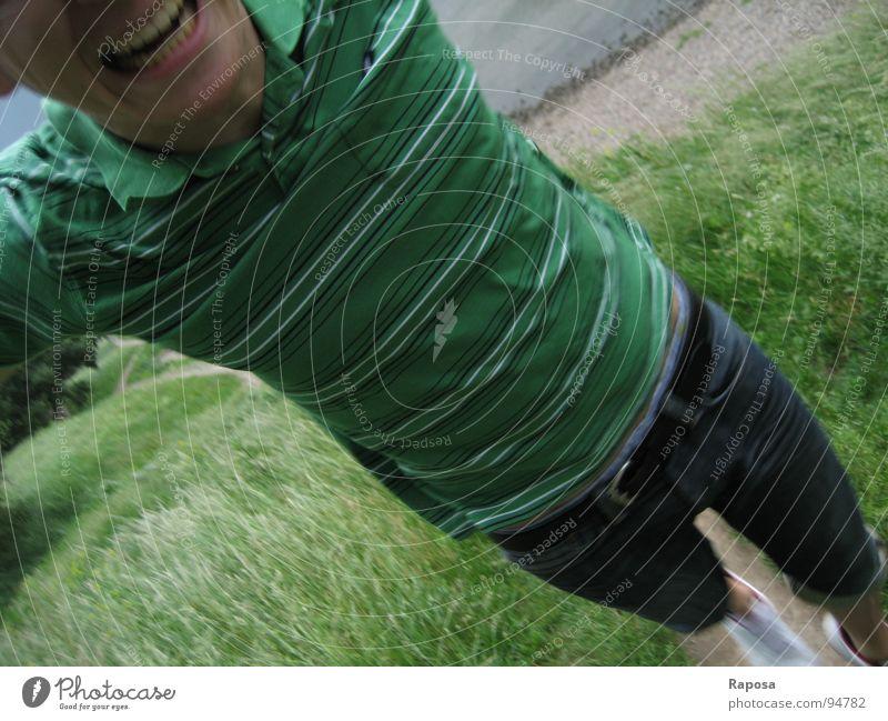 jump Mann grün T-Shirt gestreift Bewegung Strand Kies Hose Schuhe weiß Gürtel springen Zähne zeigen Oberkörper Freude Wasser Elbe Pillnitz Stein Jeanshose
