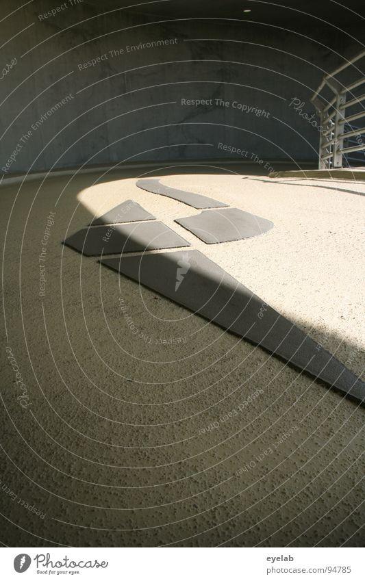 Linksgerichtete Abstraktionprinzipien Beton Teer Säule Bodenbelag Tag gelb schwarz Stahl Edelstahl Richtung parken Parkhaus Gebäude Haus Abstellplatz Garage