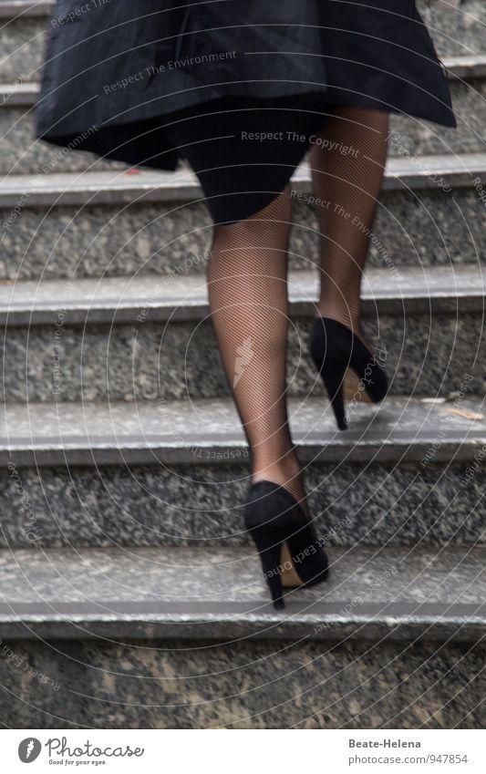 Rasanter Aufstieg elegant Stil Frau Erwachsene Beine Treppe Strümpfe Netzstrümpfe Damenschuhe rennen Bewegung laufen springen ästhetisch schön schwarz