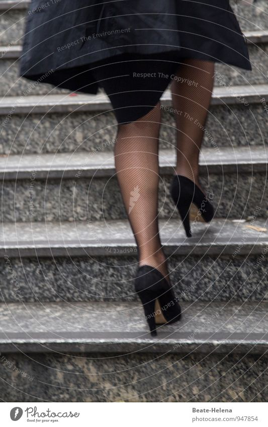 Rasanter Aufstieg Frau schön schwarz Erwachsene Bewegung Stil Beine springen Treppe elegant Kraft Erfolg laufen ästhetisch Coolness rennen