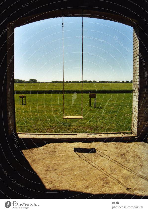 Schaukeln, die zweite Himmel Freude Einsamkeit Wiese Spielen Fenster Gras Feld Tür Horizont leer Rasen Aussicht Bauernhof Spielzeug Kindheit