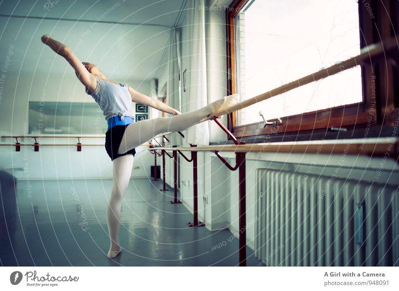 Aufwärmübung Fitness Sport-Training heizen Balletttänzer Mensch feminin Junge Frau Jugendliche Körper 1 30-45 Jahre Erwachsene Bewegung Tanzen elegant blau
