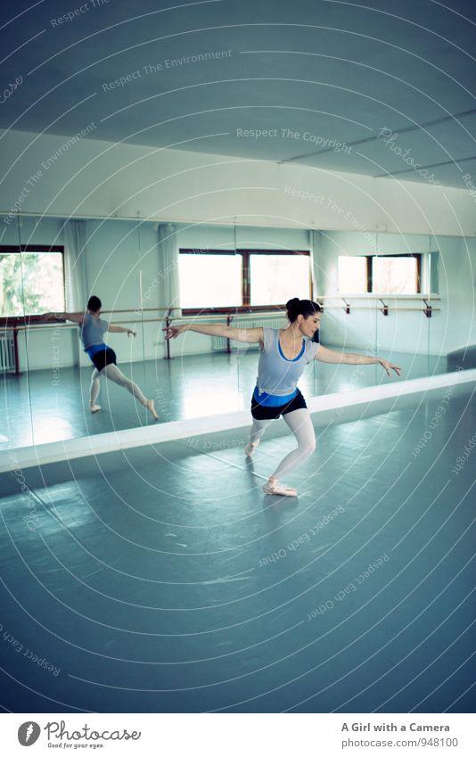... mit Schwung in die Kurve Mensch Jugendliche blau Junge Frau Erwachsene feminin elegant Körper ästhetisch Tanzen Fitness Sport-Training Balletttänzer