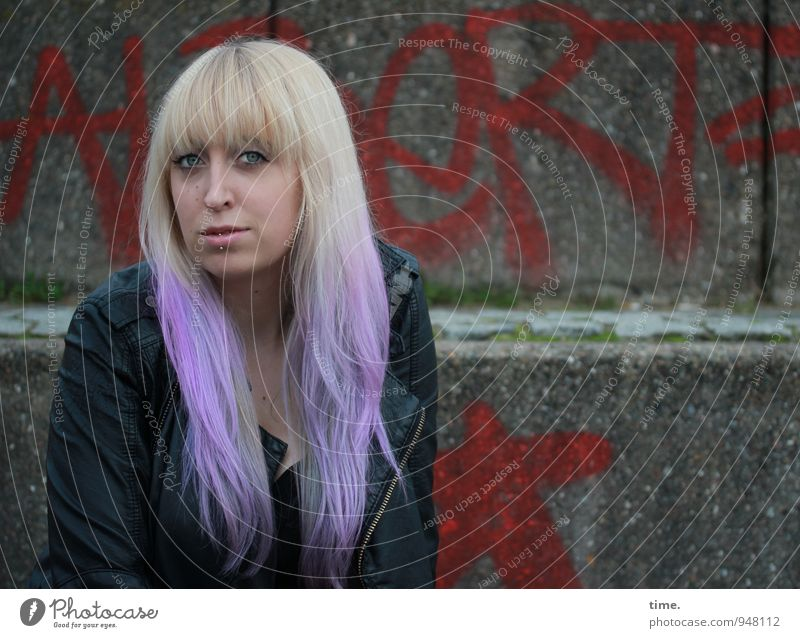 . feminin Junge Frau Jugendliche 1 Mensch Mauer Wand Treppe Jacke Piercing Haare & Frisuren blond langhaarig Pony Punk Graffiti beobachten Blick warten schön
