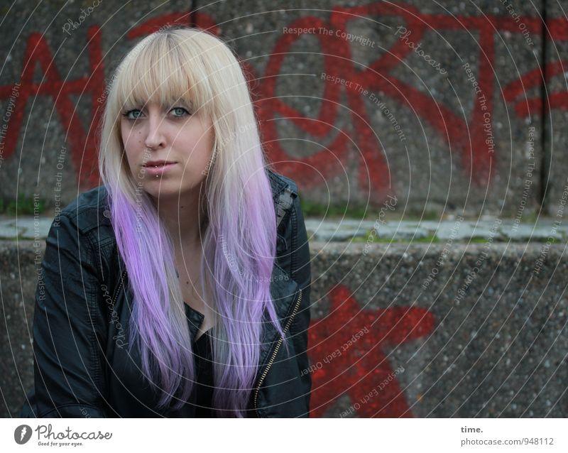 . Mensch Jugendliche schön Junge Frau Wand Leben Graffiti feminin Mauer Haare & Frisuren Treppe Zufriedenheit blond warten beobachten Wandel & Veränderung