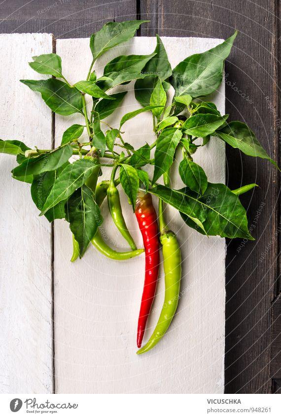 Frische Peperoni auf dem Zweig mit Blättern Natur grün weiß rot Blatt Gesunde Ernährung Leben Stil Holz Hintergrundbild Garten Lebensmittel Freizeit & Hobby
