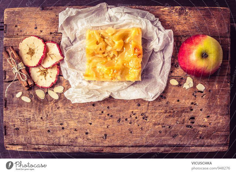 Stück Apfelkuchen mit Zimt und Mandeln Weihnachten & Advent rot Winter gelb Holz Hintergrundbild oben braun Lebensmittel Lifestyle orange Freizeit & Hobby Frucht gold Perspektive Ernährung