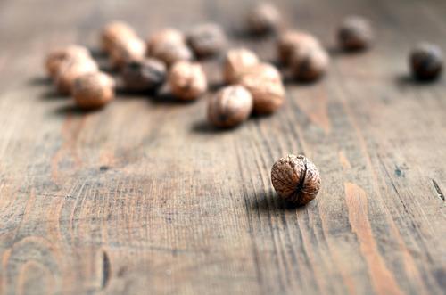 Nüsse Holz braun Lebensmittel Ernährung Tisch Kochen & Garen & Backen Bioprodukte hart Vegetarische Ernährung Holztisch Nuss Zutaten Walnuss Walnussholz