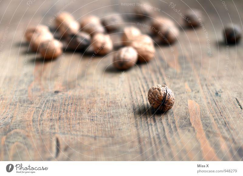 Nüsse Lebensmittel Ernährung Bioprodukte Vegetarische Ernährung Tisch Holz braun Walnuss Walnussholz Nussschale hart Zutaten Holztisch Farbfoto Gedeckte Farben