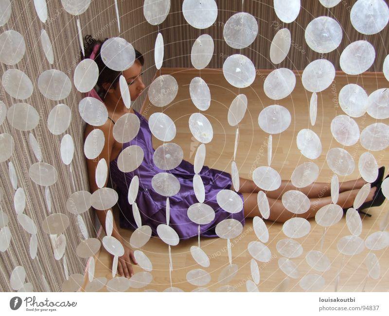 Die Frau hinter dem Perlenvorhang Einsamkeit warten Kleid Vorhang Schuhe Damenschuhe