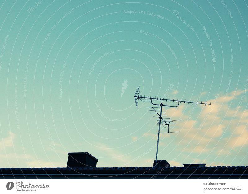 alles auf Empfang Himmel blau weiß Wolken schwarz Haus Wohnung Dach Fernsehen Backstein Medien Verbindung Radio Schornstein Antenne Begrüßung