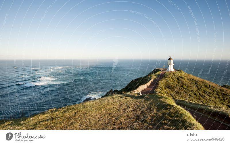 Meeting Point Umwelt Natur Landschaft Pflanze Urelemente Wolkenloser Himmel Horizont Sommer Schönes Wetter Gras Wellen Küste Meer Menschenleer Turm Leuchtturm