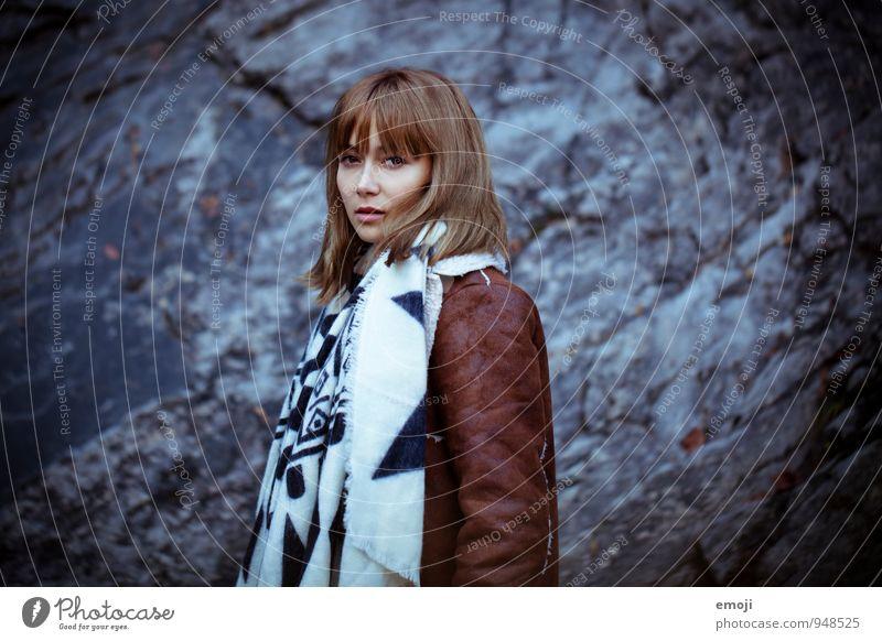 Moment. feminin Junge Frau Jugendliche 1 Mensch 18-30 Jahre Erwachsene Herbst Schal dunkel schön kalt blau Farbfoto Außenaufnahme Tag Abend