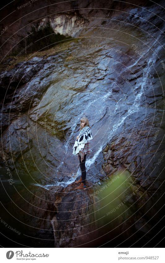 waterfall Mensch Natur Jugendliche Junge Frau 18-30 Jahre dunkel Umwelt Erwachsene Herbst feminin Felsen Coolness Wasserfall schlechtes Wetter