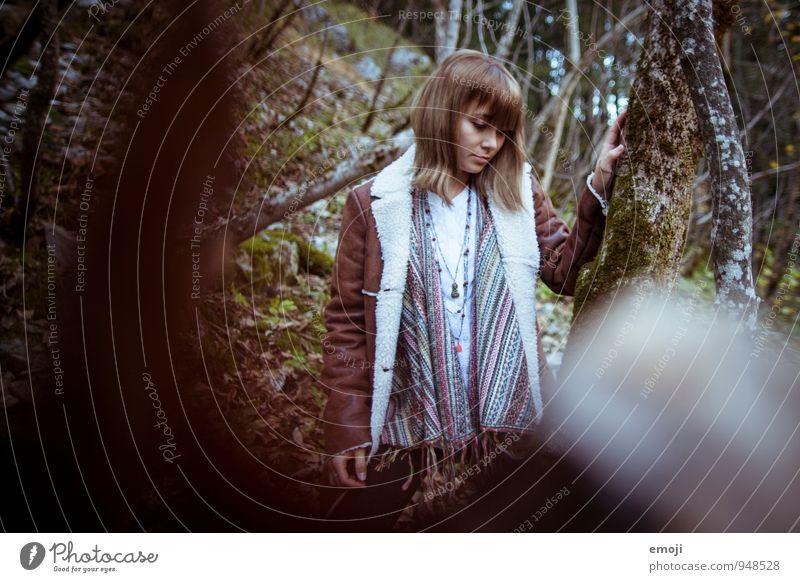 dazwischen feminin Junge Frau Jugendliche 1 Mensch 18-30 Jahre Erwachsene Wald schön natürlich Herbst Farbfoto Außenaufnahme Tag Schwache Tiefenschärfe