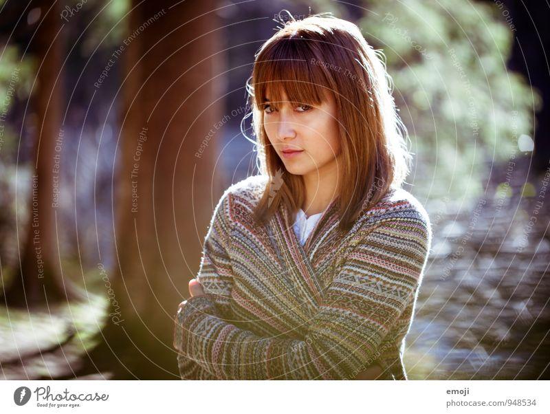 elle feminin Junge Frau Jugendliche 1 Mensch 18-30 Jahre Erwachsene Wald schön Farbfoto Außenaufnahme Tag Schwache Tiefenschärfe Oberkörper Blick in die Kamera