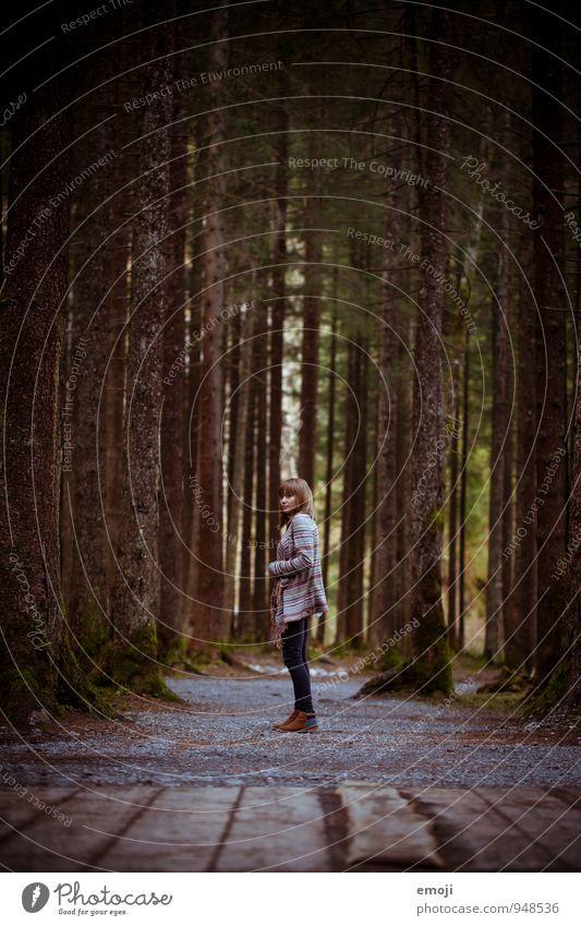 hier steh ich. feminin Junge Frau Jugendliche 1 Mensch 18-30 Jahre Erwachsene Umwelt Natur Baum Wald dunkel natürlich einzeln Einsamkeit Farbfoto Außenaufnahme