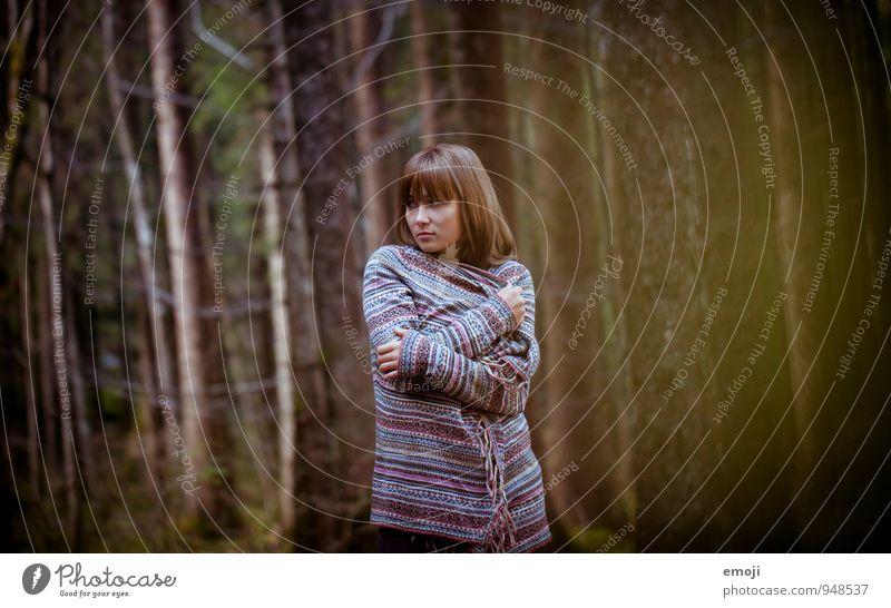 forest Mensch Natur Jugendliche schön Junge Frau 18-30 Jahre dunkel Wald kalt Umwelt Erwachsene Herbst feminin natürlich