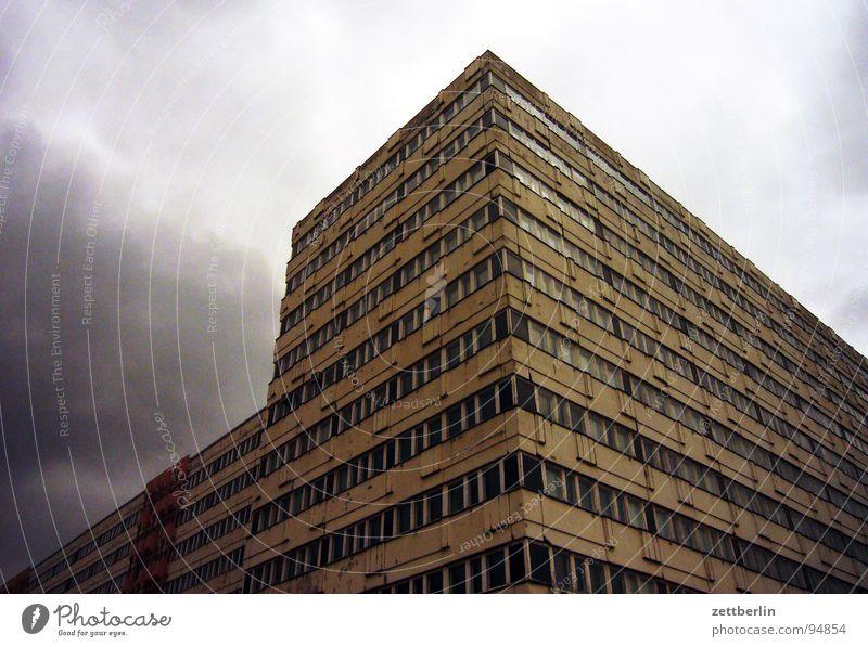 Klotz Haus Neubausiedlung Wohnung Alexanderplatz Fassade Froschperspektive Etage Fenster Zentralperspektive Leerstand Unwetter Wolken Wolkenwand Tiefdruckgebiet