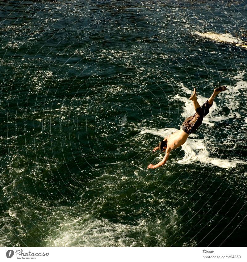 isarjumper V Wasser blau Sommer springen oben Bewegung 2 Zusammensein Fluss Niveau München Dynamik Bayern schreiten Wassersport