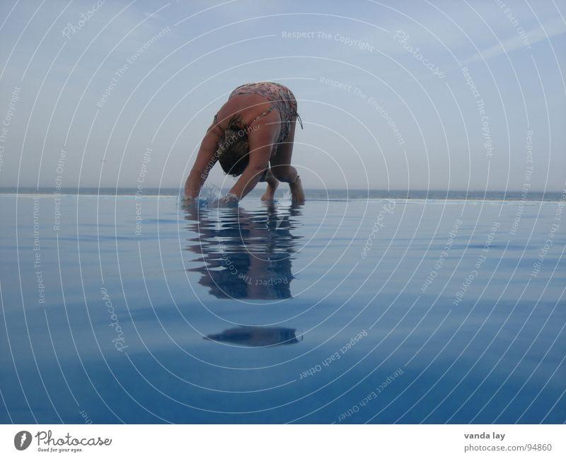 Kopfsprung deluxe I Sommer Schwimmbad Ferien & Urlaub & Reisen Meer Badeanzug springen Luft dick Frau nass Übergewicht Horizont Reflexion & Spiegelung spritzen