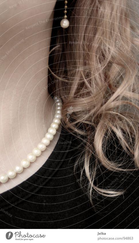 fein gemacht mit fusseln Haare & Frisuren Mensch Frau Erwachsene Schmuck Ohrringe blond Locken lockig Perlenkette Erbe woman hair curls curly Hals Kette