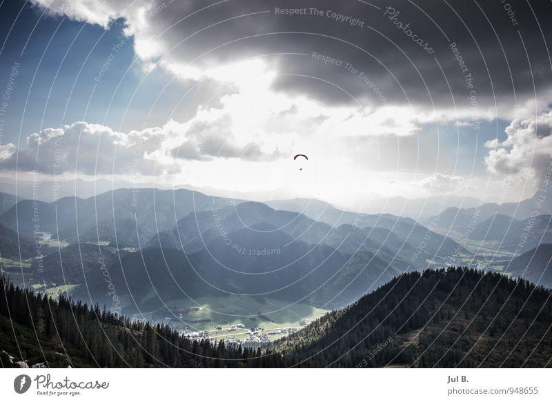 Höhenflug Mensch Himmel Natur blau Landschaft Wolken Freude Umwelt Berge u. Gebirge Sport Glück fliegen Stimmung Luft Wetter Freizeit & Hobby