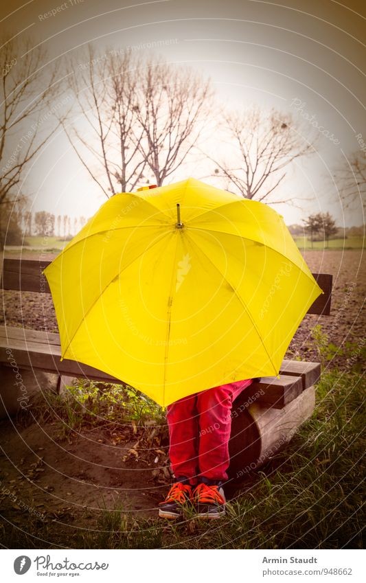 November Lifestyle Ausflug Mensch maskulin Beine 1 Natur Landschaft Himmel Herbst Winter schlechtes Wetter Regen Baum Bank Parkbank Regenschirm sitzen dunkel