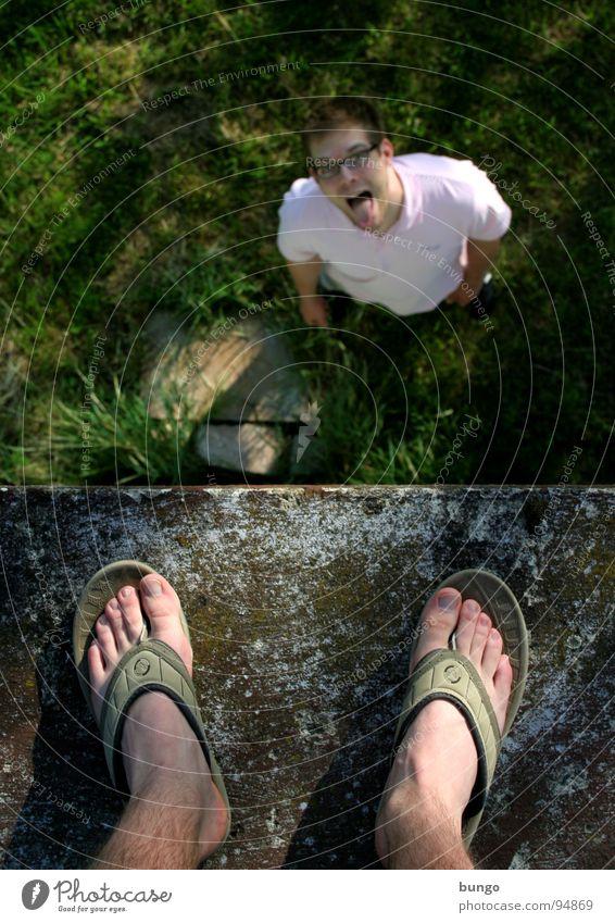 Marc macht Spaß Mensch Mann Freude Wiese oben Gras Mauer klein Fuß Schuhe hoch groß stehen unten Zunge Zehen