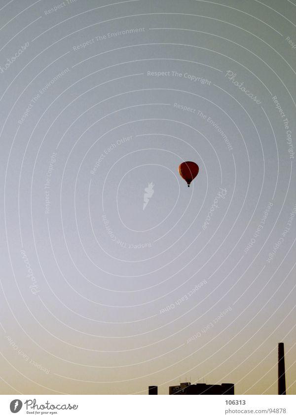 LONELY SUNSET Bremen Ballone frei über den Wolken Haus Gesellschaft (Soziologie) Gebäude Freiraum Luft Ferne fahren Blick Publikum Schweben Schwerelosigkeit