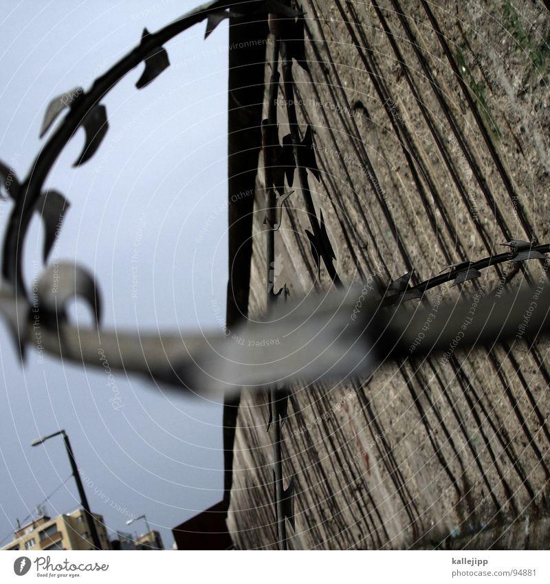 relikt Stacheldraht Draht Mauer Berliner Mauer Laterne Lampe Straßenbeleuchtung Todesstreifen Sperrzone Grenze Grenzsoldat Streifen Selbstschußanlage