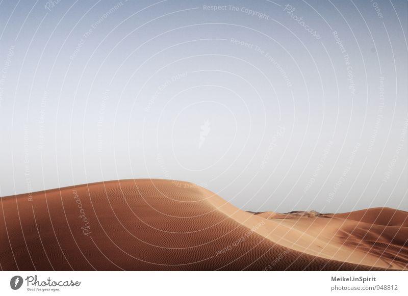 Düne Landschaft Sand Himmel Klima Schönes Wetter Wüste heiß Einsamkeit Kurve geschwungen sanft Wärme Erosion wüst Sahara Merzouga gelb goldgelb Farbfoto