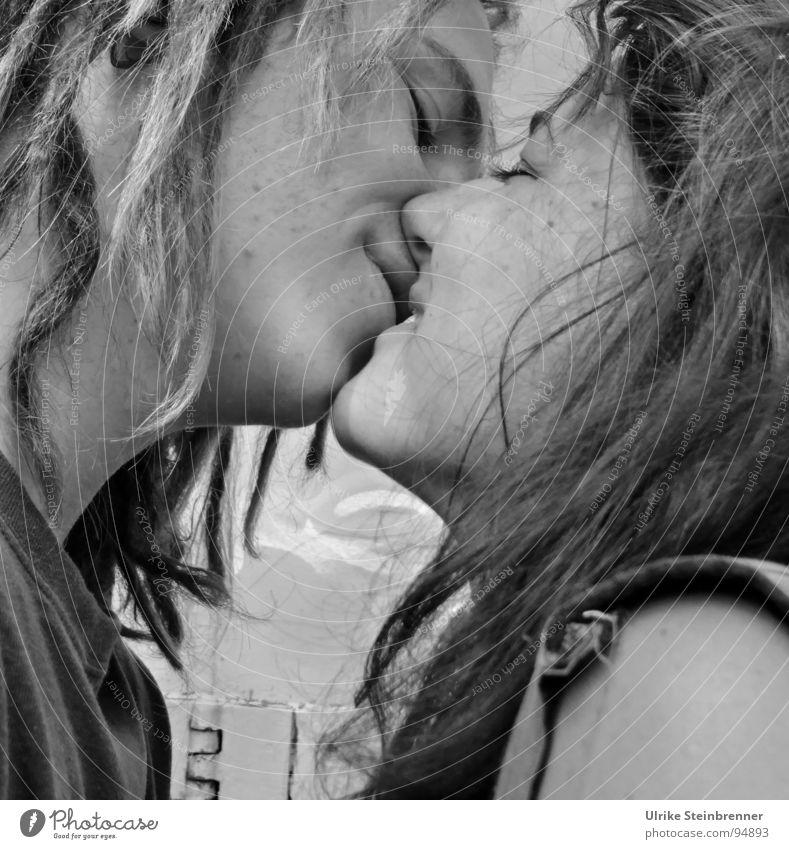 Ein Kuss Frau Mensch Mann Jugendliche Gesicht Liebe feminin Gefühle Glück Haare & Frisuren Paar Mund Zusammensein Haut Erwachsene