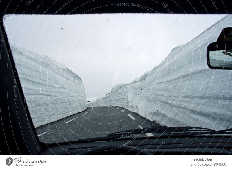 schnee auto bahn Winter Schnee fahren Spuren eng Kurve Autofahren unterwegs Fahrbahn schmal Pass Fensterblick Schneewehe Schneedecke Serpentinen Schneeberg