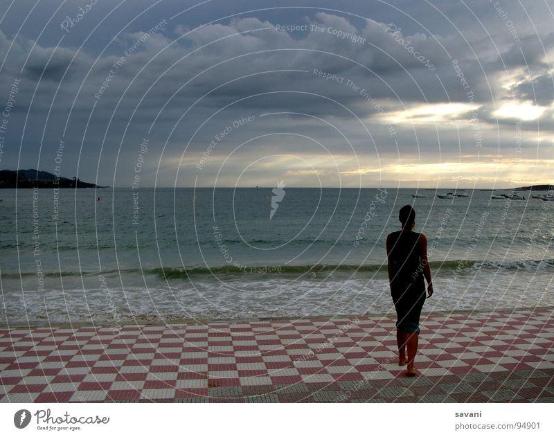 Frau blickt von der Promenade auf das Meer Ferien & Urlaub & Reisen Ferne Strand Wellen Mensch Erwachsene 1 Natur Himmel Wolken Horizont Unwetter Wind