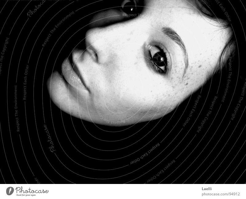 Versinken... Frau Jugendliche Auge dunkel träumen Traurigkeit Mund Haut Nase Trauer Lippen Sehnsucht Wange Sommersprossen Schwarzweißfoto