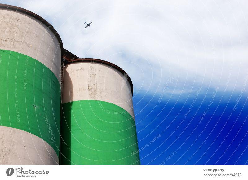 Dicke Dinger grün weiß Wolken mehrfarbig knallig Silo Streifen rund Flugzeug groß Macht Ferne klein Absturz Industrie blau Himmel Kontrast Turm Angst fliegen