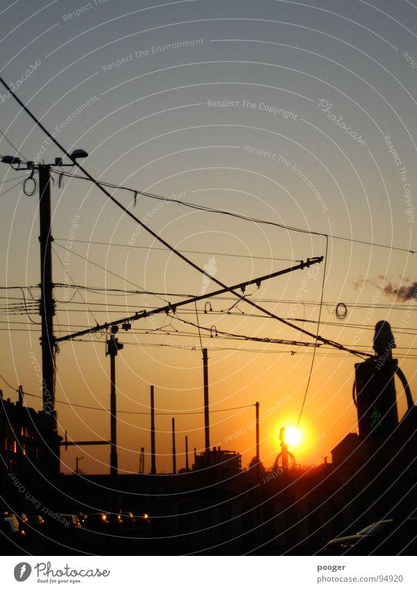 Urban Backlight Stadt Draht Ampel Industrie Verkehrswege Gagenlicht Abend Abenddämmerung Idnustrie Sonne Kabel Straße PKW verstecken Sonnenuntergang