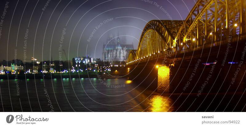 COLONIA II Köln Dom und Hohenzollernbrücke Winter Wasser Nebel Flussufer Stadt Altstadt Kirche Brücke Rauch bedrohlich dunkel historisch blau Angst gefährlich