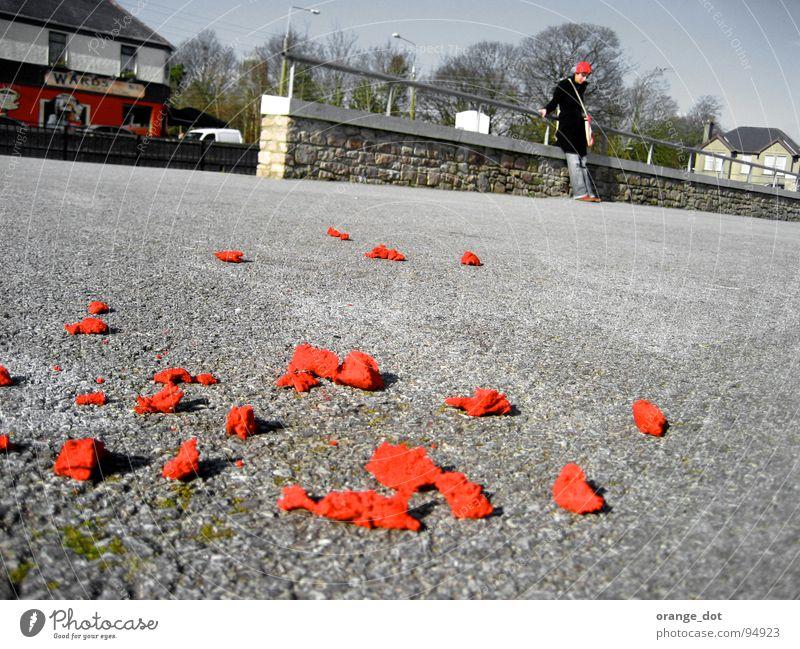 Parkplatz mit ROT rot Frau parken stehen Frühling Pflanze Haus grau Verkehrswege Republik Irland liegen
