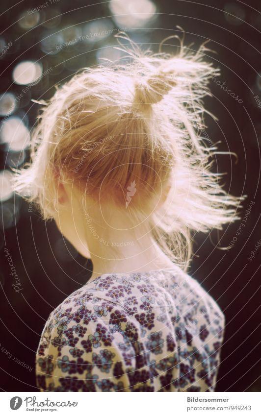 auf deine Weise Mensch Kind blau weiß Einsamkeit Mädchen schwarz gelb Traurigkeit Gefühle feminin Haare & Frisuren Freundschaft träumen wild blond