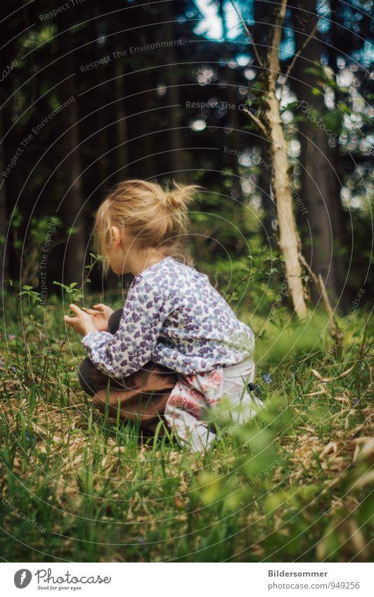 . Mensch Kind Natur blau grün Baum Erholung Mädchen Wald Traurigkeit Wiese feminin Gras natürlich braun Familie & Verwandtschaft