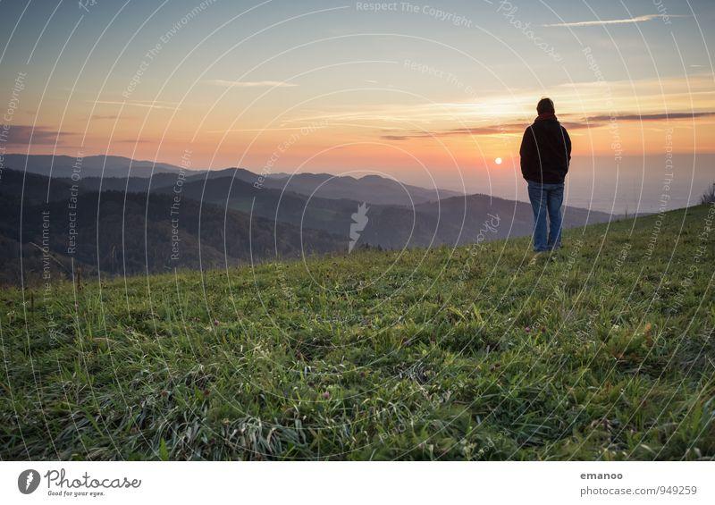 Mann auf Bergen im Schwarzwald zum Sonnenuntergang über dem Oberrheingraben Lifestyle Freude Wohlgefühl Zufriedenheit Erholung ruhig Ferien & Urlaub & Reisen