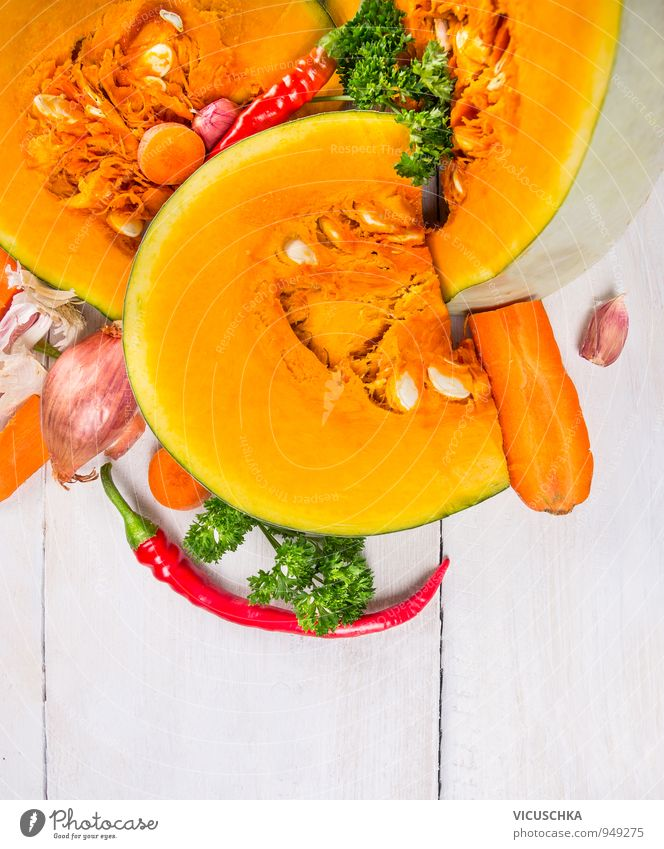 Kürbis mit Kräutern und Gewürzen , Suppe Vorbereitung Natur Gesunde Ernährung gelb Hintergrundbild Lebensmittel Kräuter & Gewürze Gemüse Teile u. Stücke