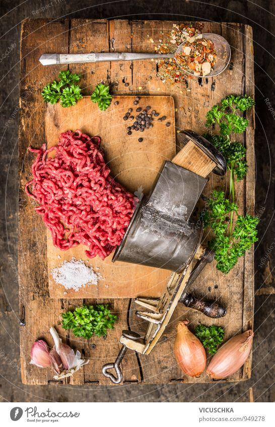 Hackfleisch in vintagen Fleischwolf mit Kräutern und Gewürzen. alt Gesunde Ernährung Holz Lebensmittel Lifestyle Freizeit & Hobby Design Kochen & Garen & Backen