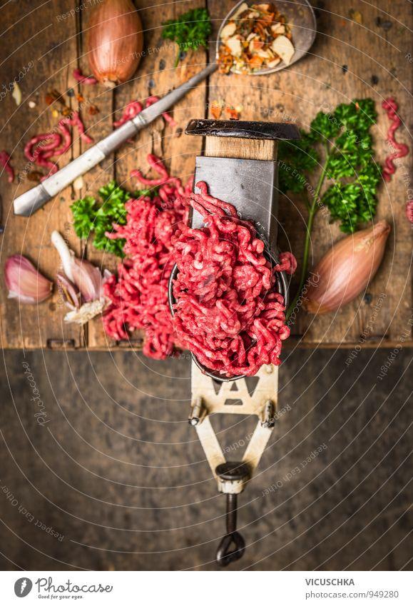 Hackfleisch in altem Fleischwolf mit Kräutern und Gewürzen Gesunde Ernährung dunkel Innenarchitektur Stil Holz Lebensmittel Metall Lifestyle Freizeit & Hobby