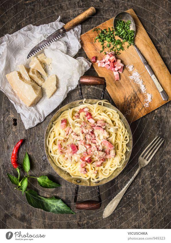 Spaghetti Carbonara in altem Topf mit Parmesan und Kräutern. Stil Speise Lebensmittel Foodfotografie Design Ernährung Küche Kräuter & Gewürze Gemüse Bioprodukte