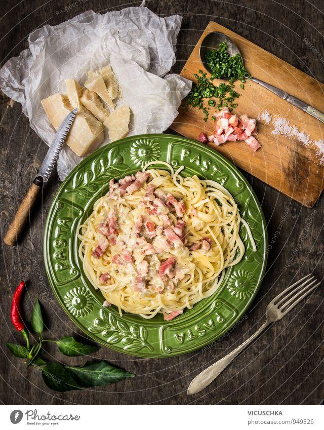 Pasta Carbonara und Zutaten. grün Gesunde Ernährung gelb Holz braun Lebensmittel Freizeit & Hobby Ernährung Kräuter & Gewürze Gemüse Bioprodukte Teller Abendessen altehrwürdig Messer Diät